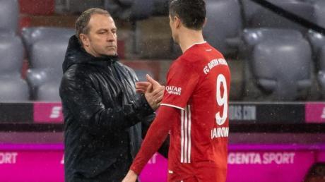 Lässt Robert Lewandowski (r) nicht zum Spiel Polens in England: Bayern Trainer Hansi Flick.