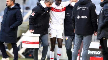 Stuttgarts Stürmer Silas Wamangituka (M) wird nach seiner Auswechslung behandelt.