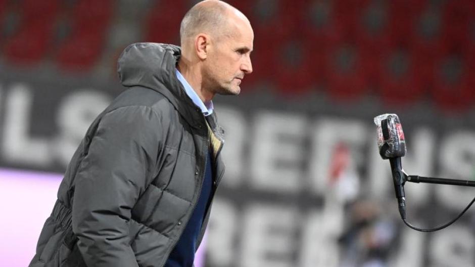 Augsburgs Trainer Heiko Herrlich erwartet kämpferische Bielefelder.