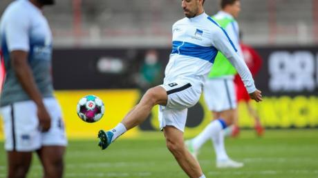 Steht vor seiner Rückkehr in die Startelf von Hertha BSC: Mittelfeldspieler Sami Khedira wärmt sich auf.