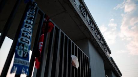 Schalke beklagt, dass nach dem Abstieg die körperliche Unversehrtheit seiner Spieler und Mitarbeiter gefährdet worden sei.