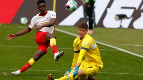 Leipzigs Mittelfeldspieler Amadou Haidara erzielt gegen VfB-Torwart Gregor Kobel das Tor zum 1:0.