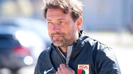 Spürt beim FC Augsburg «den Nach-Hause-Kommer-Effekt»: Trainer Markus Weinzierl kommt zum Training.