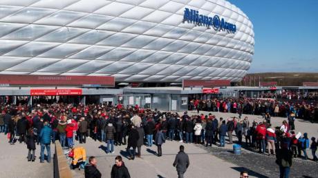 FC Bayern München will künftig seine Eintrittskarten für die Allianz Arena nur noch digital verkaufen.