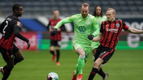 Der Wolfsburger Maximilian Arnold (M.) kritisiert die hohen Ablösesummen für Trainer.