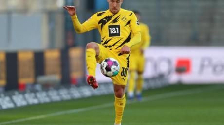 BVB-Verteidiger Felix Passlack nimmt den Ball an.