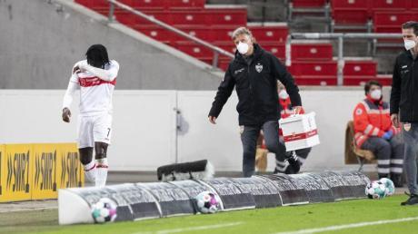 VfB-Profi Tanguy Coulibaly (l) musste gegen den VfB Stuttgart verletzungsbedingt ausgewechselt werden.