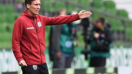 Leverkusens Trainer Hannes Wolf gestikuliert während der Partie in Bremen an der Seitenlinie.