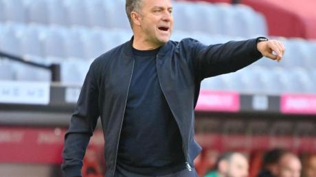 Bayern-Trainer Hansi Flick dirigiert von der Seitenlinie seine Spieler auf dem Spielfeld.
