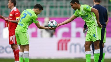 Der dreifache Torschütze Josip Brekalo (l) bekommt von Maxence Lacroix den Spielball überreicht.