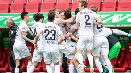 Der FC Augsburg sicherte sich mit einem 2:0 gegen Werder Bremen den Klassenerhalt.