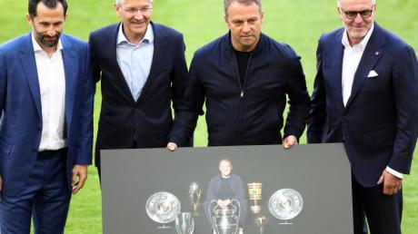 Bayerns Sportvorstand Hasan Salihamidzic, Präsident Herbert Hainer und Vorstandschef Karl-Heinz Rummenigge verabschieden Trainer Hansi Flick.