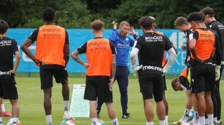Arminia-Trainer Frank Kramer (M) hat mit Bielefeld das Training wieder aufgenommen.