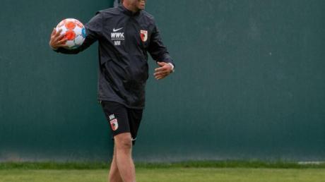 FCA-Cheftrainer Weinzierl startet mit seiner Mannschaft in der ersten Runde des DFB-Pokals beim Greifswalder FCin die Saison.
