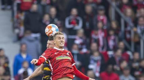 Der SC Freiburg bangt um den Einsatz von Nils Petersen (r).