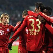 Die Bayern-Spieler bedanken sich bei Mario Gomez (2.v.r.) nach dessen Treffer zum 1:0. Foto: Tobias Hase