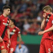 Enttäuscht stehen Sven Bender und seine Leverkusener Teamkollegen nach der 2:6-Heimpleite gegen Bayern auf dem Platz. Foto: Marius Becker
