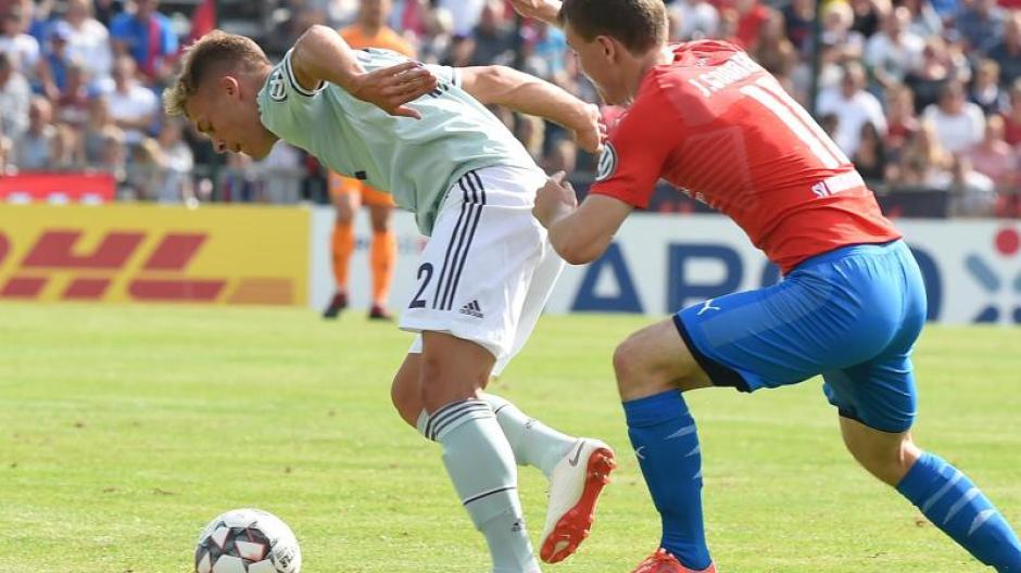 Die Bayern um Joshua Kimmich (l) hatten in Drochtersen gegen Jasper Gooßen und Co. schwer zu kämpfen. Foto: Carmen Jaspersen