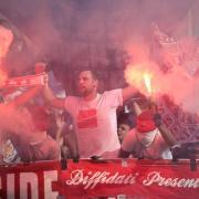 Düsseldorfer Fans brennen beim Pokalspiel der fortuna bei Rot-Weiß Koblenz Pyrotechnik ab. Foto: Thomas Frey