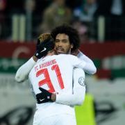 Philipp Max (l)feiert Caiuby für dessen Siegtreffer gegen Mainz. Foto: Matthias Balk