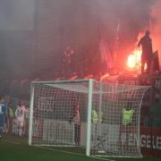 Die Hamburger Mannschaft versucht in Wiesbaden die Fans vom Abrennen der Pyrotechnik abzubringen. Foto: Thomas Frey