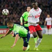 Kölns Serhou Guirassy (r) beim Zweikampf mit Schalkes Matija Nastasic. Foto: Rolf Vennenbernd