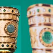 Der DFB-Pokal steht während der traditionellen Übergabe des DFB-Pokals auf einem Podest. Foto: Soeren Stache