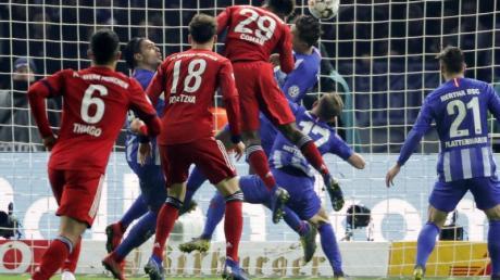Bayerns Kingsley Coman (M) köpft den Ball zum 3:2 gegen Hertha ins Tor.