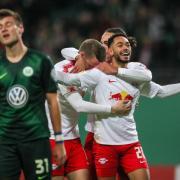 Leipzigs Matheus Cunha feiert mit seinen Teamkameraden den 1:0-Sieg über Wolfsburg. Links ärgert sich VfL-Spieler Robin Knoche. Foto:Jan Woitas