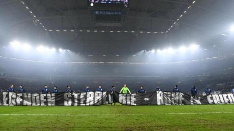 Die Schalker Spieler zeigten in Gedenken an den gestorbenen ehemaligen Schalke-Manager Rudi Assauer ein Fan-Spruchband.