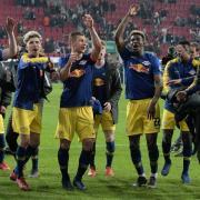 Leipzigs Spieler feiern mit den Fans in Augsburg den Einzug ins Pokal-Halbfinale. Foto: Stefan Puchner/dpa