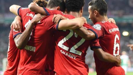 Münchens Spieler jubeln mit dem Torschütze Robert Lewandowski über das 1:0 in Bremen.