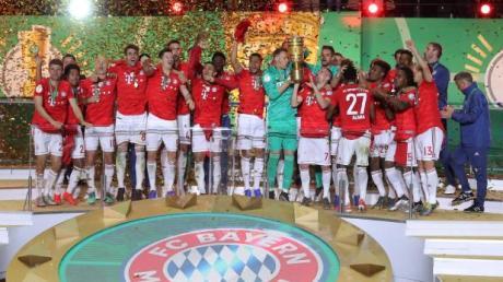 Die Spieler des FC Bayern jubeln bei der Siegerehrung. Hier lesen Sie die Pressestimmen zum DFB-Pokal-Finale zwischen den Bayern und RB Leipzig.