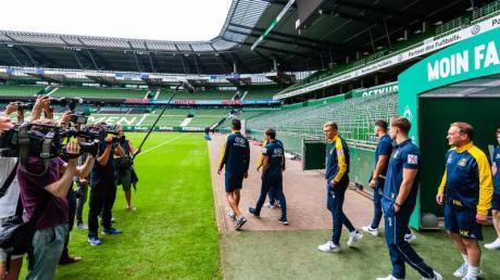 Die Spieler von Atlas Delmenhorst besichtigen das Bremer Weserstadion. Foto: Philipp Schulze