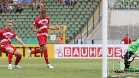 Bielefelds Andreas Voglsammer (M) trifft mit dem Kopf zum 1:0 gegen Victoria 89 Berlin. Foto: Andreas Gora/Archivbild