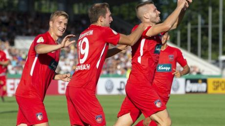 Heidenheims Robert Leipertz (r) feiert mit seinen Mannschaftskameraden sein Tor zum 1:0.