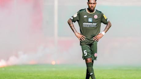 Nach dem Erstrundenaus steht der Mainzer Jean-Paul Boetius enttäuscht auf dem Spielfeld.