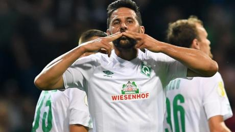 Werder-Oldie Claudio Pizarro feiert sein Tor gegen Atlas Delmenhorst.