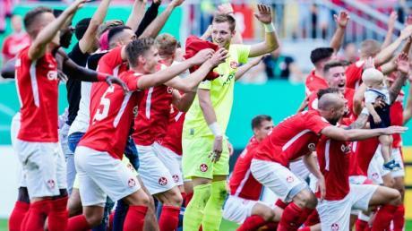 Die FCK-Profis feiern den Derby-Sieg gegen Mainz.