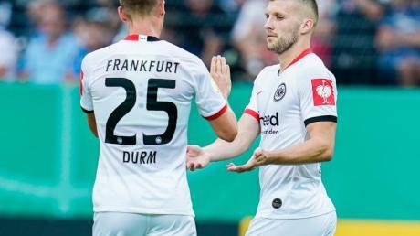 Ante Rebic (r) schoss die Eintracht mit drei späten Toren zum Sieg. Foto: Uwe Anspach