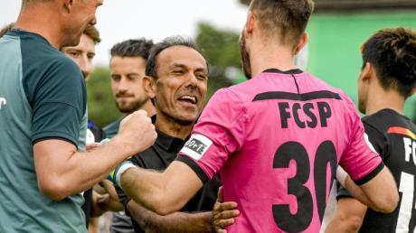 St. Paulis Trainer Jos Luhukay (M) gratuliert seinem Torwart Robin Himmelmann.