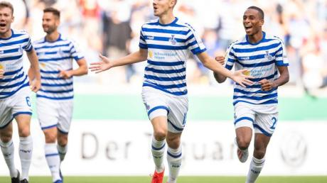 Duisburgs Lukas Daschner (2.v.r.) jubelt nach seinem Treffer zur 1:0-Führung. Foto: Marius Becker