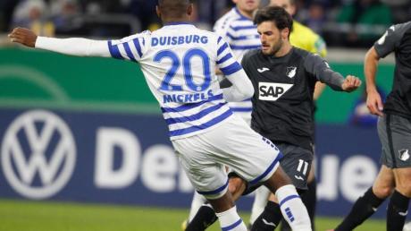 Hoffenheims Florian Grillitsch (r) stellte mit seinem Tor zum 1:0 die Weichen auf Sieg in Duisburg:.