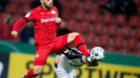Kevin Volland (l) setzte sich mit Leverkusen knapp gegen Paderborn durch. Foto: Rolf Vennenbernd/dpa