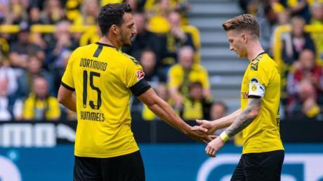 Fehlen dem BVB im Pokalknaller gegen Gladbach: Mats Hummels (l) und Kapitän Marco Reus. Foto: Guido Kirchner/dpa