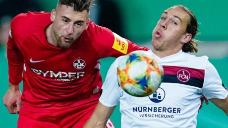 Ein hart umkämpftes Duell:FCK-Akteur Lukas Gottwalt (l) und Nürnberg-Torschütze Michael Frey.