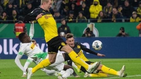 Julian Brandt (M) drehte mit zwei Toren die Partie zugunsten des BVB gegen Gladbach. Foto: Bernd Thissen/dpa