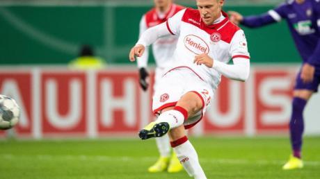 Rouwen Hennings brachte mit seinem verwandelten Strafstoß zum 1:1 die Fortuna gegen Aue zurück ins Spiel. Foto: Marius Becker/dpa