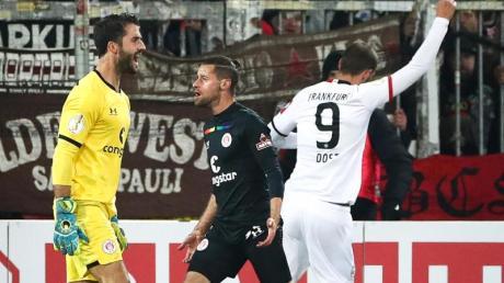 Frankfurt-Torjäger Bas Dost (r) sorgte auf St. Pauli für die Entscheidung.