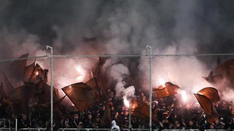 Fans von St. Pauli brennen Feuerwerk beim Spiel gegen Eintracht Frankfurt ab.